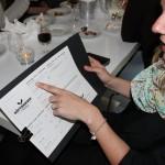 Jenny kollar in menyn